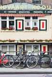 Parkerade cyklar mot räcket, Amsterdam, Nederländerna Royaltyfri Fotografi
