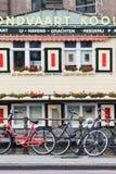 Parkerade cyklar mot räcket, Amsterdam, Nederländerna Arkivbilder