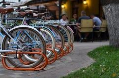 Parkerade cyklar near restaurangen Royaltyfria Foton