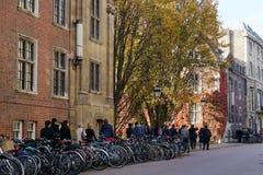Parkerade cyklar och turnerar gruppen, den Trumpington gatan, Cambridge, UK Fotografering för Bildbyråer