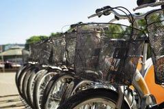 Parkerade cyklar på gatan Arkivbilder