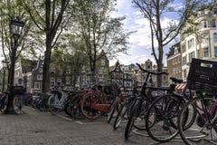 Parkerade cyklar på gatan i Amsterdam Nederländerna Royaltyfria Foton
