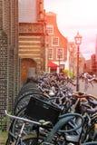 Parkerade cyklar på gatan i den historiska mitten av Haarlem Fotografering för Bildbyråer