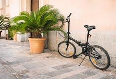 Parkerade cyklar på gator i Palma de Mallorca Royaltyfri Foto