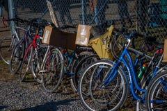 Parkerade cyklar på gyttja Sale Arkivfoto
