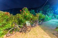 Parkerade cyklar på natten i La Digue - Seychelels Royaltyfri Bild