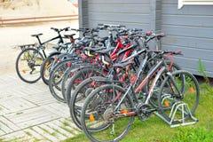 Parkerade cyklar på stadsgatan Royaltyfri Bild