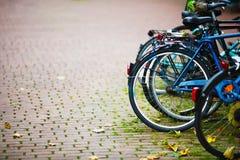 Parkerade cyklar på trottoaren Royaltyfri Bild