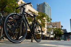 Parkerade cyklar på trottoaren Cykel som parkerar gatan Royaltyfri Foto