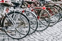 Parkerade cyklar på trottoaren Cykelcykelparkering Royaltyfri Bild