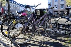 Parkerade cyklar - stads- dansk plats arkivbild
