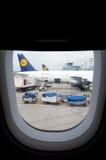 Parkerade flygplan på den Frankfurt flygplatsen Royaltyfria Foton