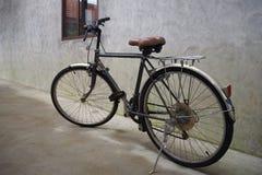 Parkerade gamla cyklar Arkivbilder