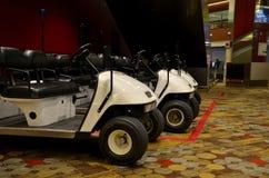 Parkerade golfvagnar på den Singapore Changi flygplatsen Arkivbild