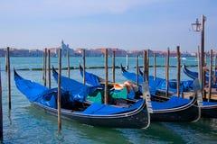 Parkerade gondoler i Venedig Italien Arkivfoto