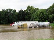 Parkerade halva lastbilar och släp i flodvatten Arkivfoton