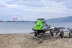Parkerade Jet Ski i den Subic Bay stranden royaltyfri bild