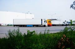 parkerade lastbilar Arkivfoto
