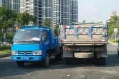 Parkerade lastbilar, på vägen Fotografering för Bildbyråer