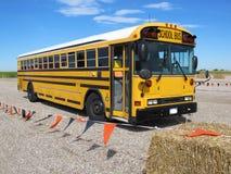 Parkerade skolbuss transporterade studenter säkert på en fälttur fotografering för bildbyråer