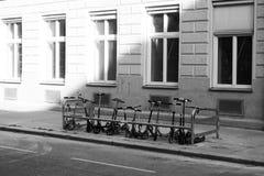 Parkerade sparkcyklar från ungar framme av skolan royaltyfria foton