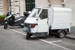 Parkerade vita ställningar för skåpbil för Piaggio APA 50 Fotografering för Bildbyråer