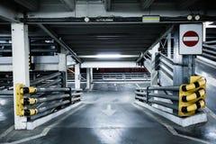 Parkerande garage i källare, underjordisk interior, Royaltyfri Bild