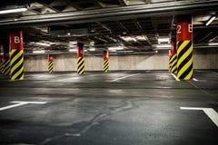 Parkerande garage i källare, underjordisk interior Fotografering för Bildbyråer