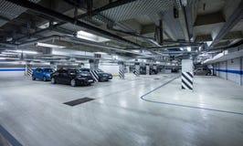 Parkerande garage, underjordisk interior Fotografering för Bildbyråer