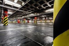 Parkerande underjordisk interior för garage Arkivfoton
