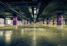 Parkerande underjordisk interior för garage Royaltyfria Foton