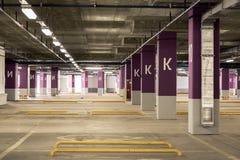 Parkerande underjordisk interior för garage Arkivfoto