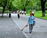 Parkerar åldringen kvinna somrengöringsmedel arbetar för beihai, i Peking Royaltyfri Fotografi