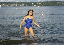 Parkerar den åriga Amerasian flickan för tio som har gyckel i sjön på Greenlake, Seattle, Washington arkivbild