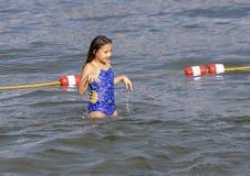 Parkerar den åriga Amerasian flickan för tio som har gyckel i sjön på Greenlake, Seattle, Washington arkivbilder