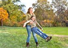 Parkerar den avslappnande det fria för lycklig familj in Royaltyfri Fotografi
