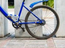 Parkerar den blåa gamla cykeln för billiga priset, det bakre hjulet Arkivfoto