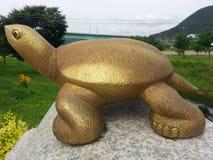 Parkerar den dekorativa statyn för den stora sköldpaddan in royaltyfria foton