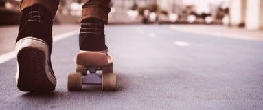 Parkerar den extrema sportskateboradåkaren för skateboarden fritids- aktivitet Conce Arkivbild