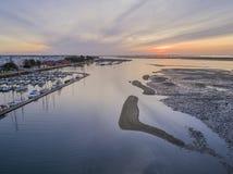 Parkerar den flyg- seascapesikten för gryning av den Olhao marina, strand till naturliga Ria Formosa Arkivfoto