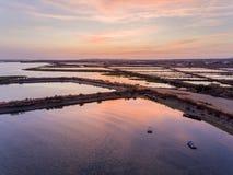 Parkerar den flyg- seascapesikten för skymning av öppningen Olhao för salt träsk, strand till naturliga Ria Formosa Algarve Arkivbild