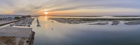 Parkerar den flyg- seascapesikten för soluppgång av den Olhao marina, strand till naturliga Ria Formosa Arkivfoton