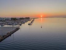 Parkerar den flyg- seascapesikten för soluppgång av den Olhao marina, strand till naturliga Ria Formosa Arkivbild