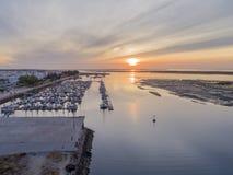Parkerar den flyg- seascapesikten för soluppgång av den Olhao marina, strand till naturliga Ria Formosa Royaltyfria Foton