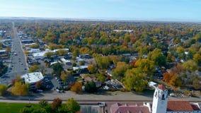 Parkerar den flyg- sikten för hösten av staden och bussgaraget stock video