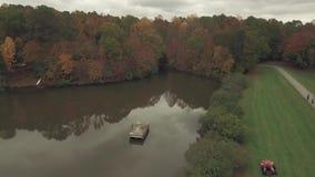 Parkerar den flyg- videoen för surret av sjön nära Raleigh, NC stock video