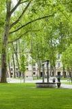 Parkerar den fyrkantiga utomhus- trädgården för kongressen springbrunnstatyn Ljubljana S Arkivbild