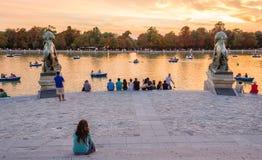 Parkerar den hållande ögonen på solnedgången för folk i Buen Retiro Madrid Royaltyfria Bilder