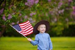 Parkerar den hållande amerikanska flaggan för den gulliga litet barnpojken i härligt Royaltyfria Foton