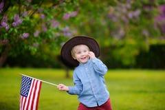 Parkerar den hållande amerikanska flaggan för den gulliga litet barnpojken in Arkivfoton